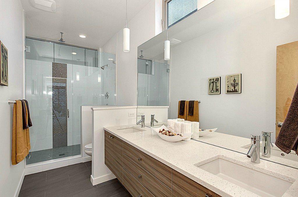 2220 Yale Ave E - Bathroom