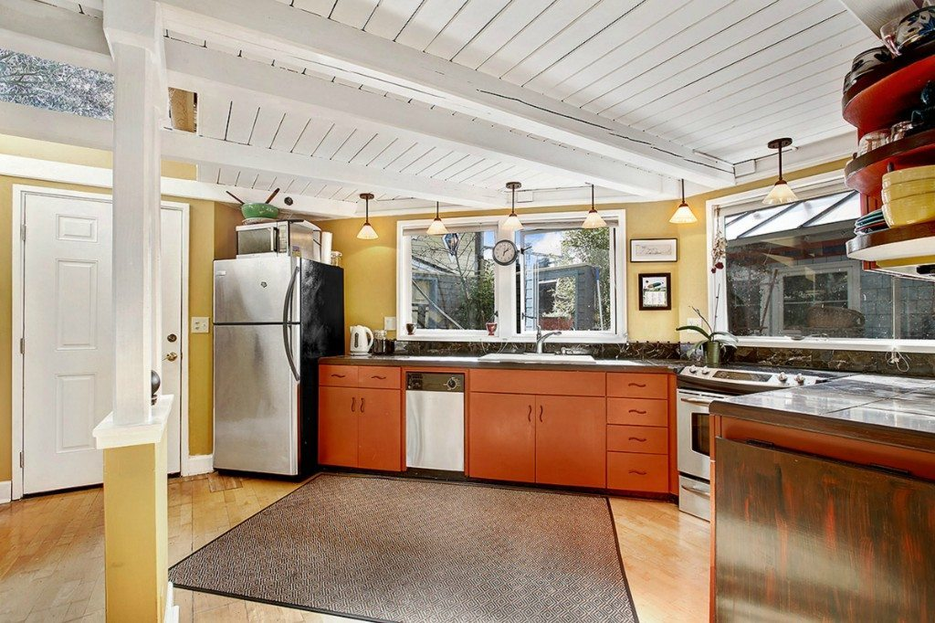 596037 7 0 Stylish Eastlake Houseboat