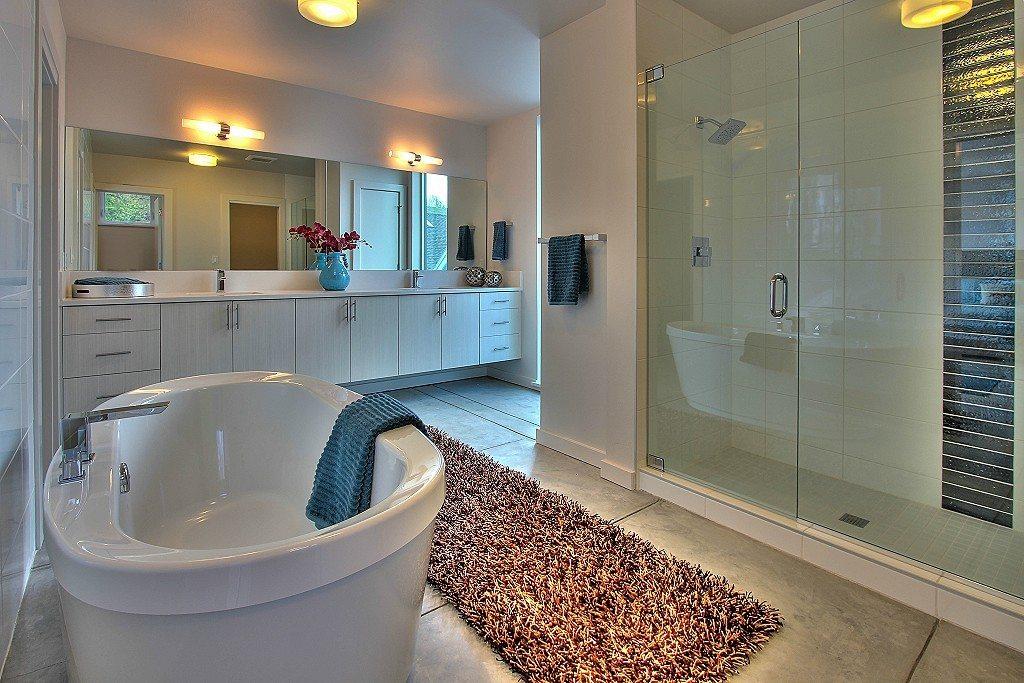 1911 Franklin Pl E - Bathroom