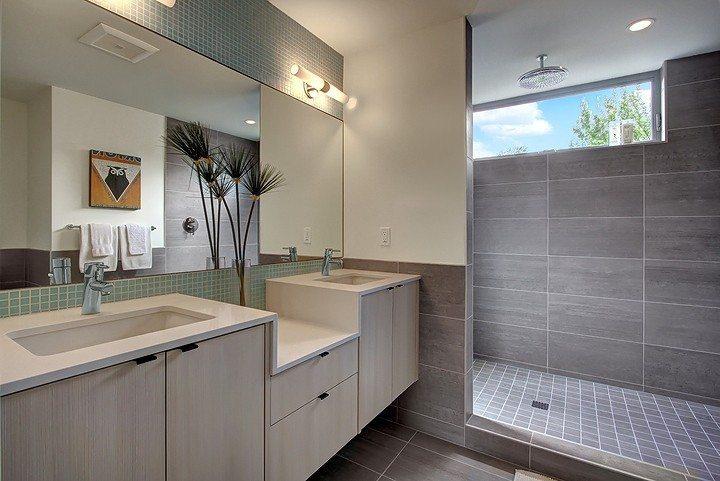 2612 E Denny Way - Bathroom