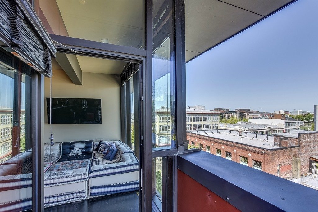 1111 E Pike St - balcony living rm