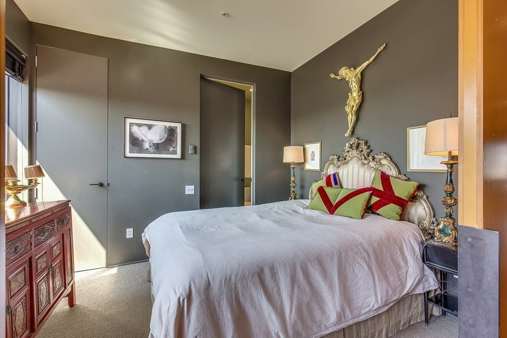 1111 E Pike St - bed