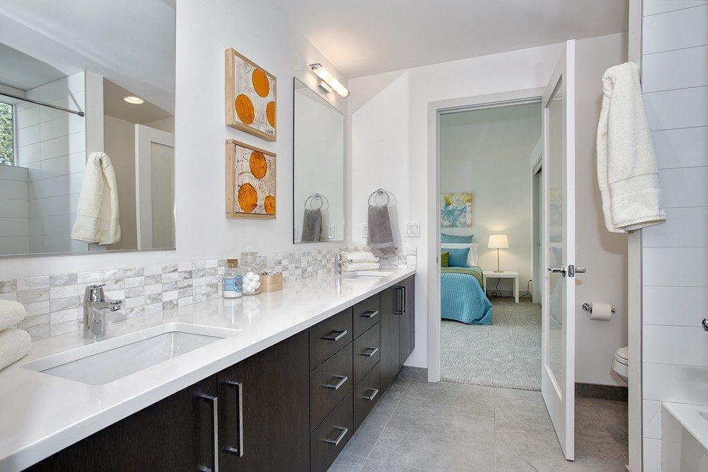 1374 33rd Ave S - mstr bath