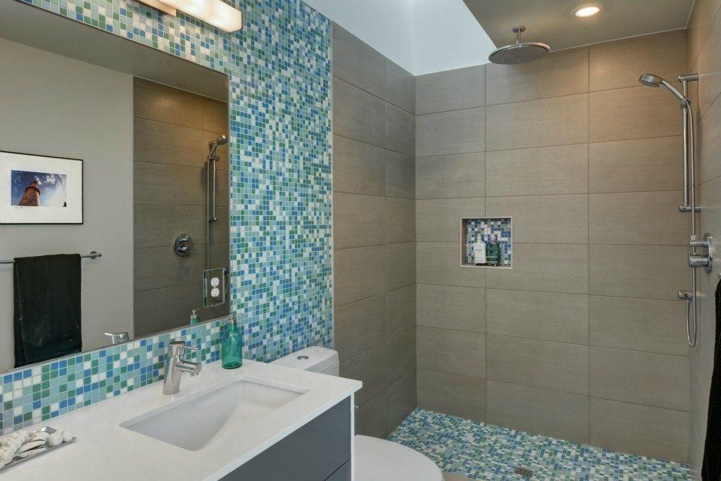 2452 55th Ave SW - mstr bath