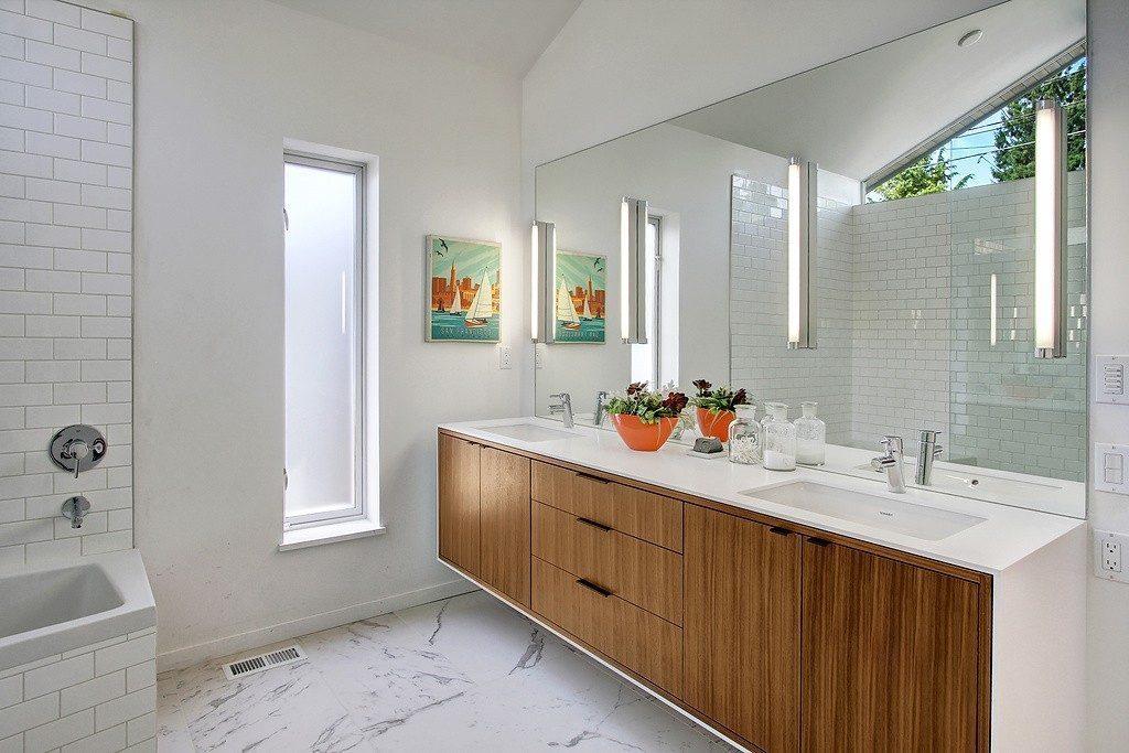 2831 31st Ave W - mstr bath