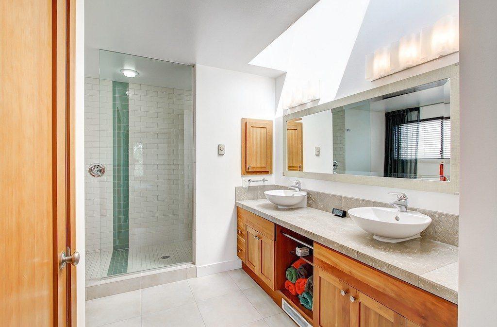 1605 E Pike St unit 203 - mstr bath