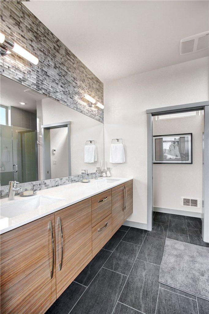 2700 22nd Ave S - mstr bath