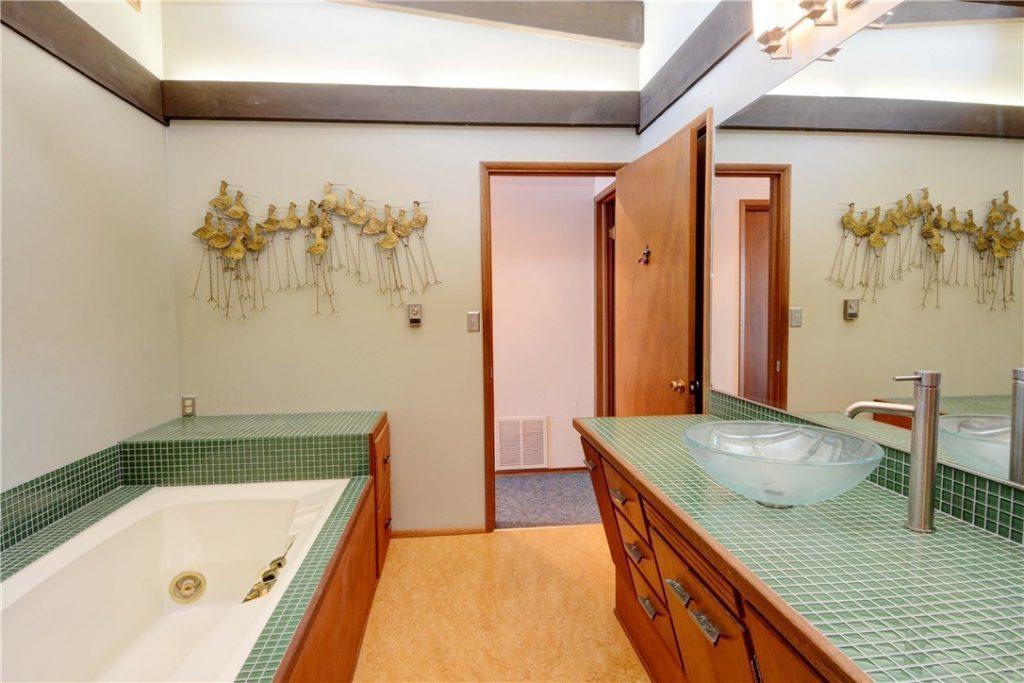 2356 Hughes Ave SW bath