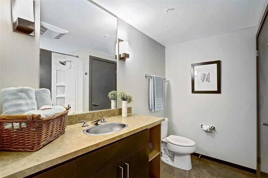 4422 Bagley Ave N unit 304 - bath